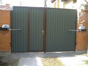 Въездные автоматические ворота распашные, вид изнутри. Калитка в левой створке ворот.
