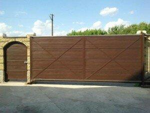 Ворота металлические консольные и калитка. Зашивка сендвич-панелью. Вид со двора
