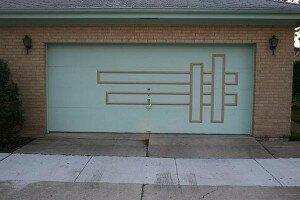 Гаражные ворота секционные с элементами декора.