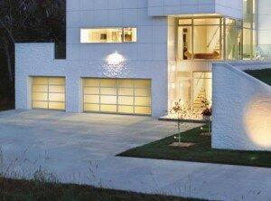 Ворота гаражные секционного типа с алюминиевым профилем.